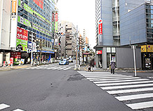 After passing Keio-hachioji Station, there will be a crosswalk. Continue forward to Tamashin (Tama Shinkin Bank).