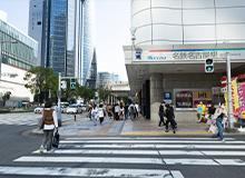 看得到名鐵名古屋站,請順著路直走。