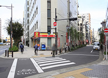 Head straight from the B3 Exit. Cross the crosswalk in the direction of Daily Yamazaki, and head straight.