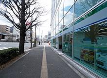 편의점 패밀리마트가 입점해있는 빌딩이 오른편에 보입니다.